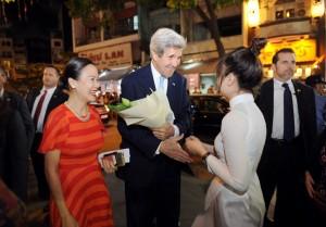 Ngoại trưởng Hoa Kỳ John Kerry đến tòa tháp Bitexco