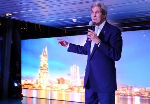 Ngoại trưởng Hoa Kỳ John Kerry nói chuyện thân mật tại bữa tiệc