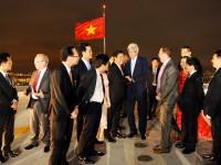Phái đoàn lên tham quan ngắm cảnh Sài Gòn về đêm tại sân đỗ trực thăng lầu 52 tòa tháp Bitexco01